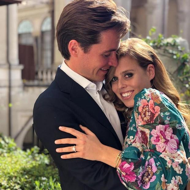 Nàng công chúa thị phi nhất Hoàng gia Anh khoe nhẫn đính hôn 3,2 tỷ đồng, chuẩn bị lên xe hoa với chồng triệu phú - Ảnh 2.
