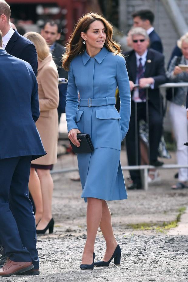 Tâng bốc quá đà công nương Kate Middleton khi mặc lại đồ cũ, báo Anh bị dân tình dập tơi tả - Ảnh 1.