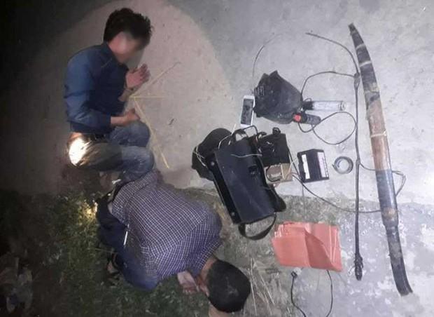 Mang kiếm đi trộm chó, 2 thanh niên bị người dân vây đánh nhập viện, đốt xe máy  - Ảnh 1.