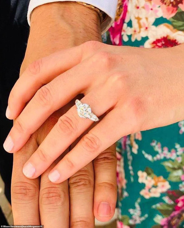 Nàng công chúa thị phi nhất Hoàng gia Anh khoe nhẫn đính hôn 3,2 tỷ đồng, chuẩn bị lên xe hoa với chồng triệu phú - Ảnh 3.