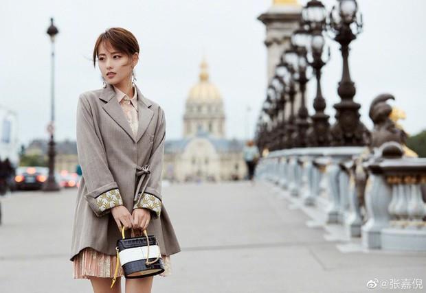 """""""Mỹ nhân đẹp nhất Diên Hi Công Lược"""" tại Paris Fashion Week: Style đẳng cấp, thần thái kiêu sa lấn át cả đàn em đi cùng - Ảnh 4."""