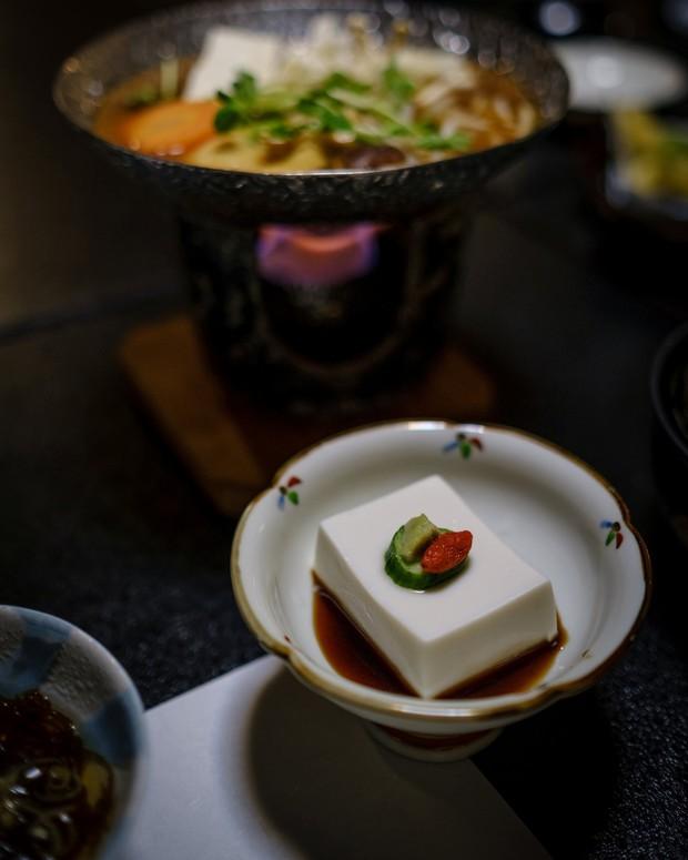 """Nhìn qua tưởng miếng đậu phụ bình thường, ăn vào mới biết độ """"lừa tình"""" bá đạo của người Nhật - Ảnh 1."""