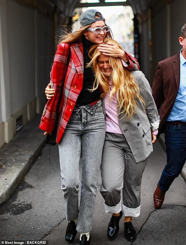 Ngược đời như chị em Bella - Gigi Hadid: Cô chị thì rực rỡ trẻ trung, cô em lại già dặn quá mức - Ảnh 4.