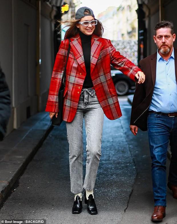 Ngược đời như chị em Bella - Gigi Hadid: Cô chị thì rực rỡ trẻ trung, cô em lại già dặn quá mức - Ảnh 1.