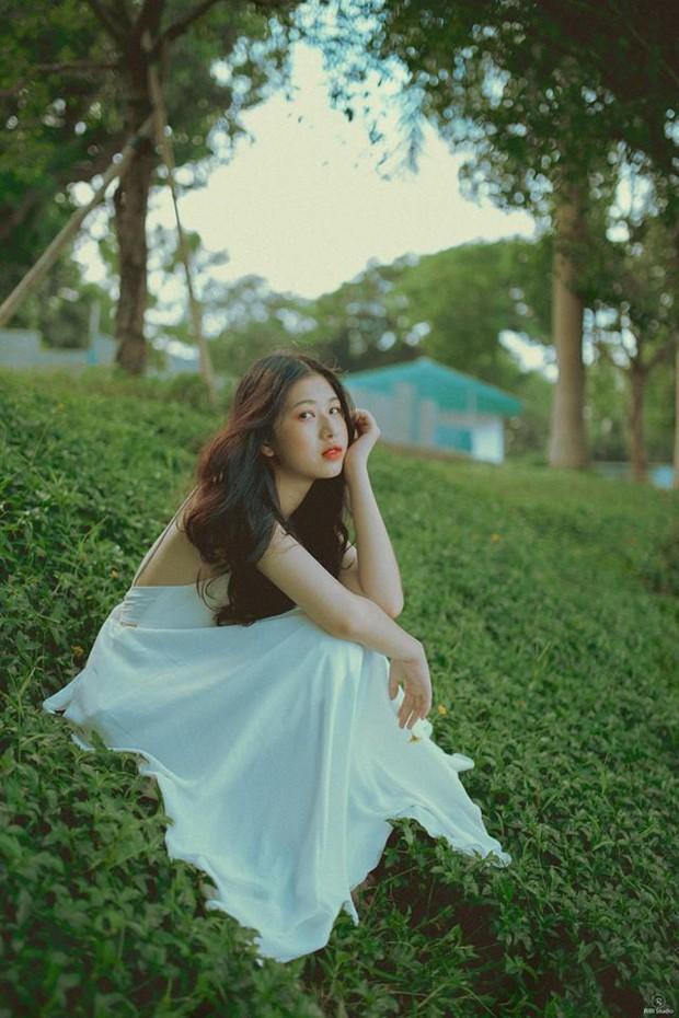 Nữ sinh ĐH Tôn Đức Thắng gây thương nhớ với vẻ ngoài xinh xắn khi diện áo dài hồng cánh sen nổi bần bật ngày khai giảng - Ảnh 6.