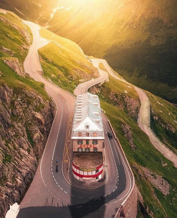 Khách sạn 4 mặt tiền nằm cheo leo trên con dốc cao 2.429 m trên đỉnh núi Alps chính là nơi hoàn hảo dành cho hội ghét cả thế giới!  - Ảnh 3.