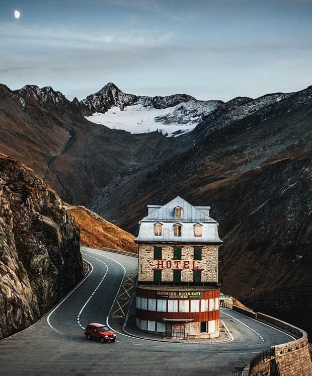 Khách sạn 4 mặt tiền nằm cheo leo trên con dốc cao 2.429 m trên đỉnh núi Alps chính là nơi hoàn hảo dành cho hội ghét cả thế giới!  - Ảnh 4.
