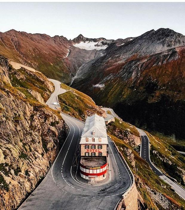 Khách sạn 4 mặt tiền nằm cheo leo trên con dốc cao 2.429 m trên đỉnh núi Alps chính là nơi hoàn hảo dành cho hội ghét cả thế giới!  - Ảnh 9.
