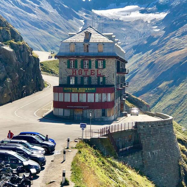 Khách sạn 4 mặt tiền nằm cheo leo trên con dốc cao 2.429 m trên đỉnh núi Alps chính là nơi hoàn hảo dành cho hội ghét cả thế giới!  - Ảnh 10.