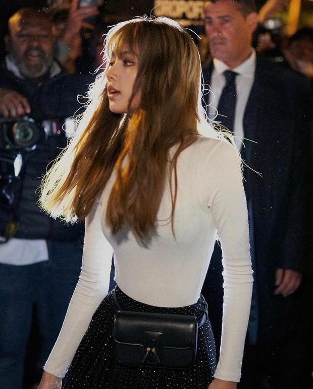 Lisa (BLACKPINK) gây nổ trời Pháp: Nữ hoàng visual mới là đây, nhìn cảnh nhiếp ảnh quốc tế chen chúc là hiểu - Ảnh 2.