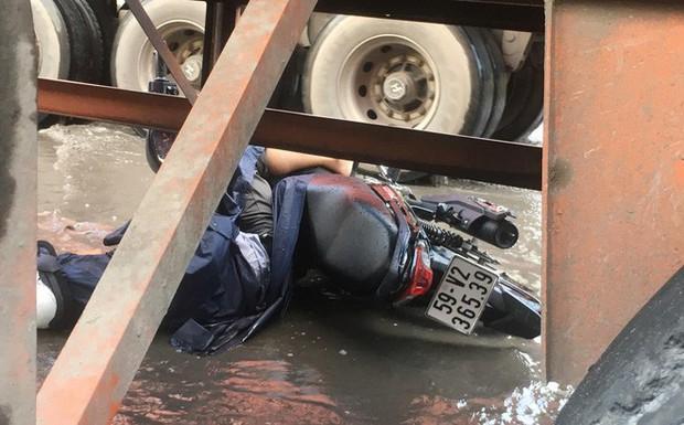 Tránh đoạn đường ngập nước, người đàn ông bị xe container cán chết tại chỗ - Ảnh 1.