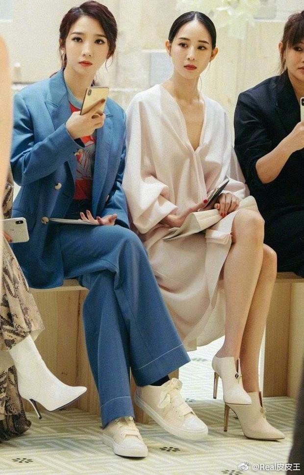 Center quốc dân Cbiz có đẹp đến mấy cũng chịu cảnh làm nền cho diễn viên đàn chị khi cùng dự show thời trang - Ảnh 3.