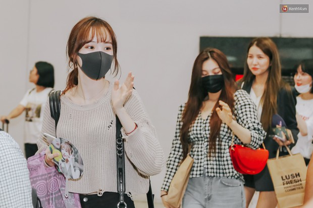 Nữ idol xấu nhất lịch sử Kpop mệt mỏi, cùng dàn trai xinh gái đẹp G-Friend, Snuper nửa đêm đổ bộ sân bay Tân Sơn Nhất - Ảnh 2.