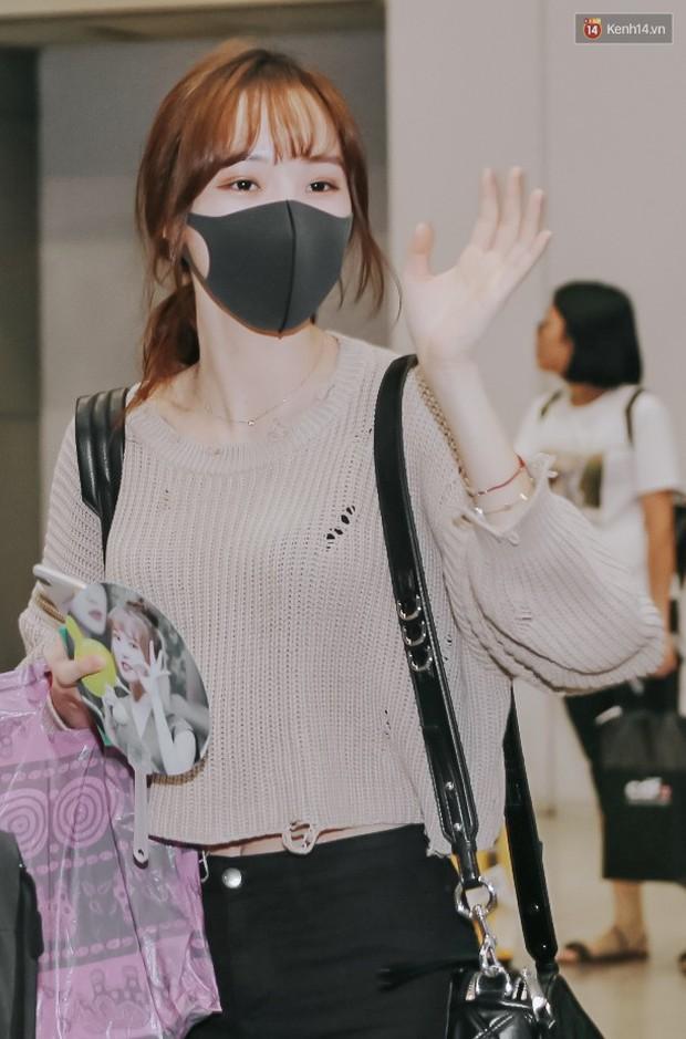 Nữ idol xấu nhất lịch sử Kpop mệt mỏi, cùng dàn trai xinh gái đẹp G-Friend, Snuper nửa đêm đổ bộ sân bay Tân Sơn Nhất - Ảnh 1.