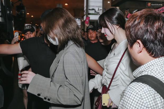Nữ idol xấu nhất lịch sử Kpop mệt mỏi, cùng dàn trai xinh gái đẹp G-Friend, Snuper nửa đêm đổ bộ sân bay Tân Sơn Nhất - Ảnh 3.