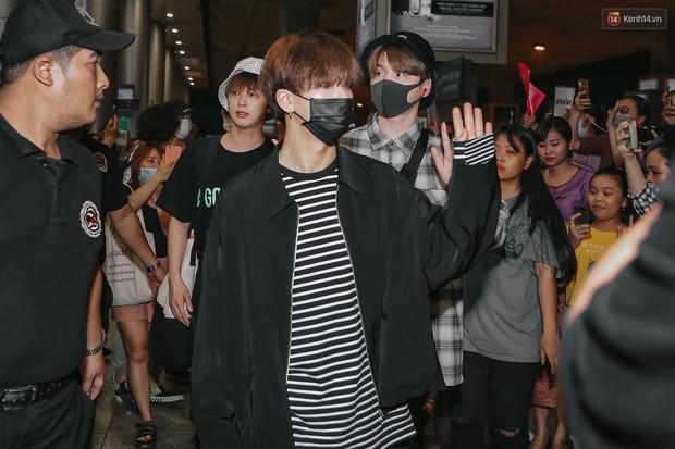 Nữ idol xấu nhất lịch sử Kpop mệt mỏi, cùng dàn trai xinh gái đẹp G-Friend, Snuper nửa đêm đổ bộ sân bay Tân Sơn Nhất - Ảnh 6.