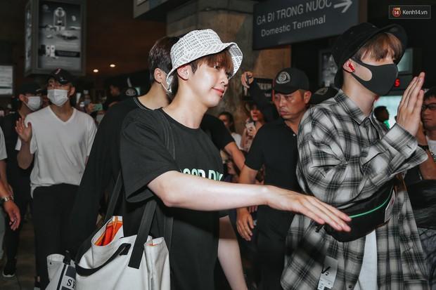 Nữ idol xấu nhất lịch sử Kpop mệt mỏi, cùng dàn trai xinh gái đẹp G-Friend, Snuper nửa đêm đổ bộ sân bay Tân Sơn Nhất - Ảnh 5.
