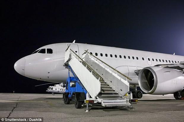 Đố bạn biết vì sao hành khách luôn phải lên hoặc xuống máy bay bằng cửa bên trái? - Ảnh 3.