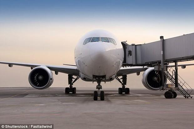 Đố bạn biết vì sao hành khách luôn phải lên hoặc xuống máy bay bằng cửa bên trái? - Ảnh 2.