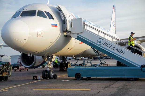 Đố bạn biết vì sao hành khách luôn phải lên hoặc xuống máy bay bằng cửa bên trái? - Ảnh 1.