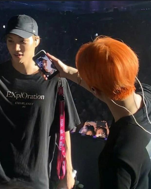 Fansite mới của Kai (EXO) gây sốc khi cướp điện thoại fan, ngang nhiên tác nghiệp trên sân khấu nhưng thành quả lại được fan chia sẻ nhiệt tình? - Ảnh 3.