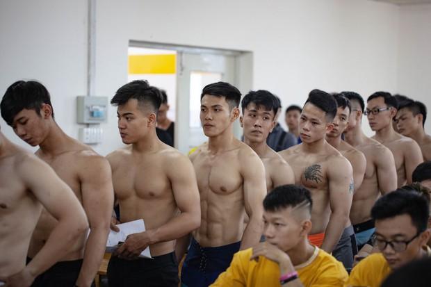Dàn trai đẹp 6 múi đột nhiên đổ bộ trường Đại học Hutech khiến hội chị em thi nhau thả tim điên đảo - Ảnh 1.