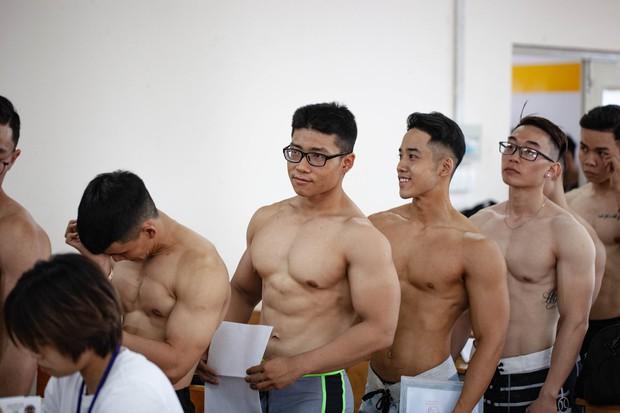 Dàn trai đẹp 6 múi đột nhiên đổ bộ trường Đại học Hutech khiến hội chị em thi nhau thả tim điên đảo - Ảnh 6.