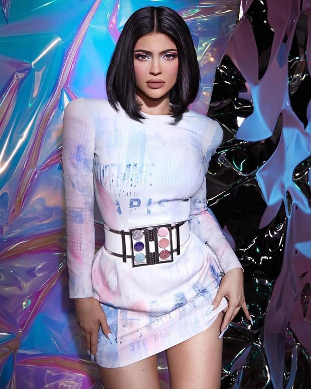 Kylie Jenner bắt tay nhà mốt Balmain cho ra lò BST mỹ phẩm hàng hiệu xịn sò đẹp như mơ - Ảnh 3.