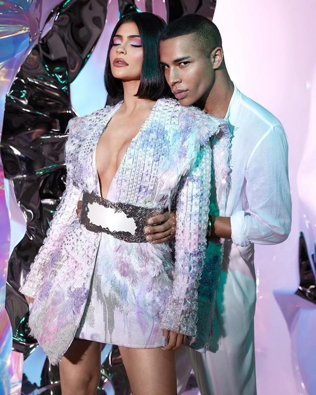 Kylie Jenner bắt tay nhà mốt Balmain cho ra lò BST mỹ phẩm hàng hiệu xịn sò đẹp như mơ - Ảnh 4.