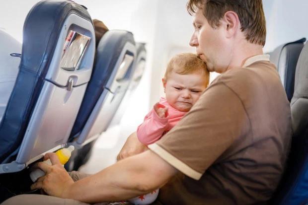 Đi máy bay mà sợ ngồi gần những đứa trẻ