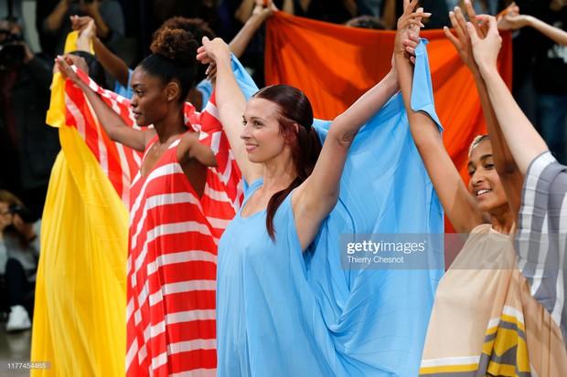 Model lên sàn runway mới phải mặc đồ, đây hẳn là show diễn thú vị nhất nhì Paris Fashion Week mùa này - Ảnh 1.