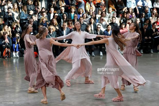 Model lên sàn runway mới phải mặc đồ, đây hẳn là show diễn thú vị nhất nhì Paris Fashion Week mùa này - Ảnh 3.