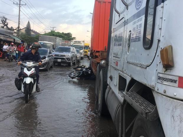 Tránh đoạn đường ngập nước, người đàn ông bị xe container cán chết tại chỗ - Ảnh 2.