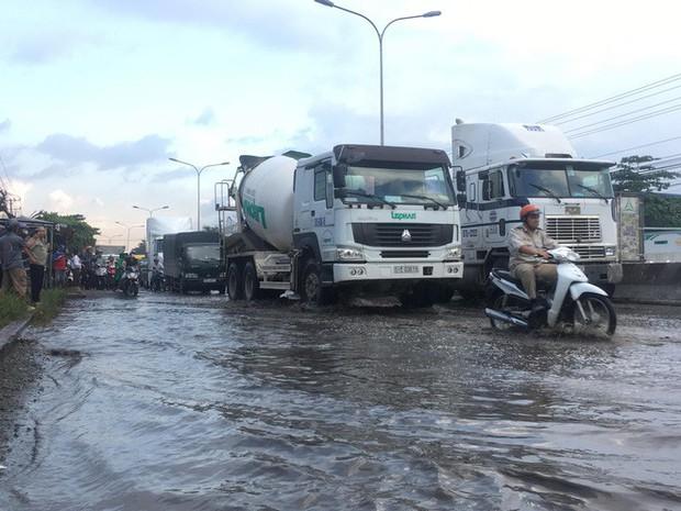 Tránh đoạn đường ngập nước, người đàn ông bị xe container cán chết tại chỗ - Ảnh 3.