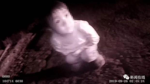 Phát hiện bé gái trắng bệch đang khóc bên vệ đường lúc 3h sáng, cảnh sát điều tra liền biết được sự thật choáng váng - Ảnh 1.
