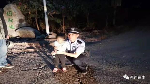 Phát hiện bé gái trắng bệch đang khóc bên vệ đường lúc 3h sáng, cảnh sát điều tra liền biết được sự thật choáng váng - Ảnh 2.