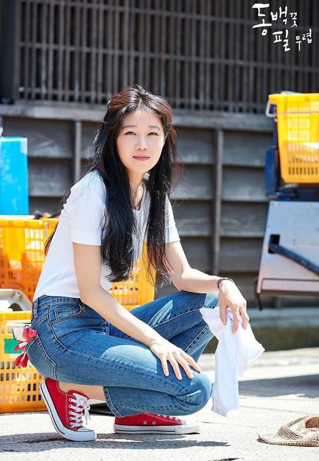 Gong Hyo Jin năm nay đã 39 tuổi mà vẫn cân được tuốt những bộ cánh xì tin hết cỡ trong phim mới - Ảnh 13.