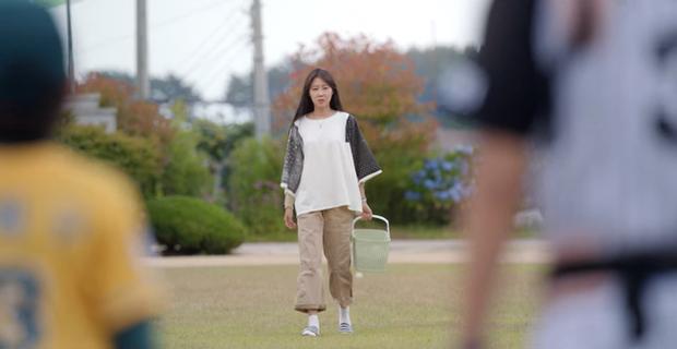 Gong Hyo Jin năm nay đã 39 tuổi mà vẫn cân được tuốt những bộ cánh xì tin hết cỡ trong phim mới - Ảnh 14.