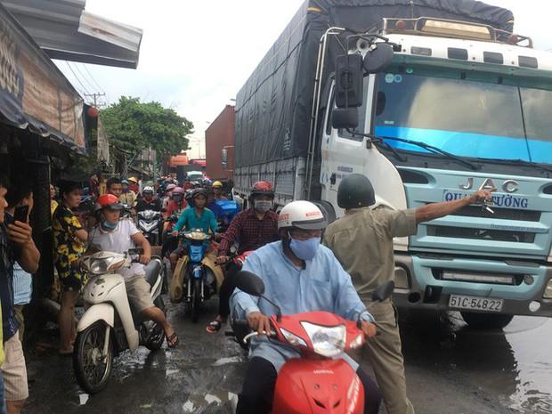 Tránh đoạn đường ngập nước, người đàn ông bị xe container cán chết tại chỗ - Ảnh 4.