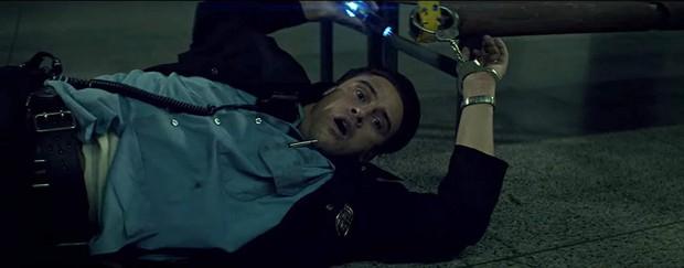 Review Vùng Khuất Của Mặt Trăng: Anh cảnh sát số nhọ phá án 9 năm không xong vì gặp kẻ sát nhân biết xuyên không! - Ảnh 8.