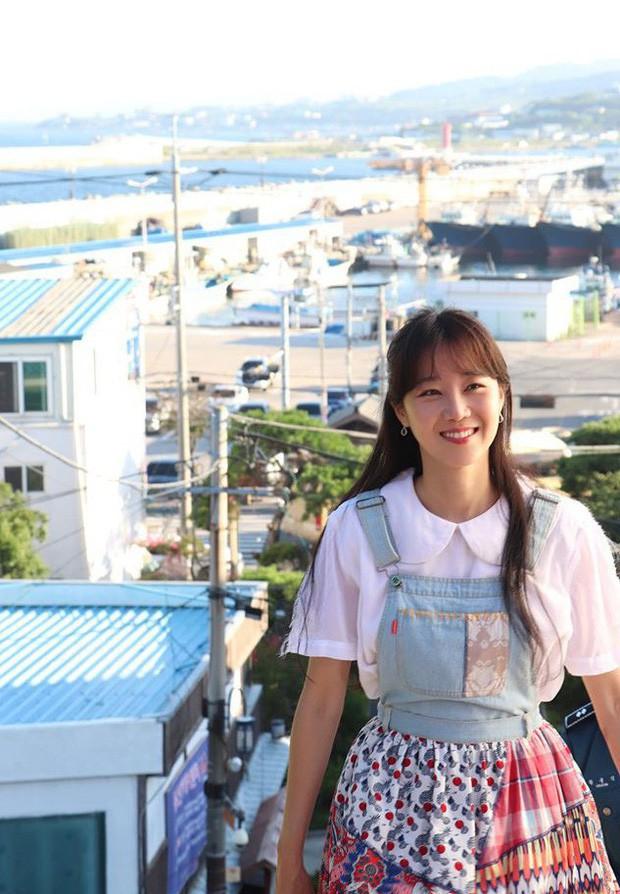 Gong Hyo Jin năm nay đã 39 tuổi mà vẫn cân được tuốt những bộ cánh xì tin hết cỡ trong phim mới - Ảnh 9.
