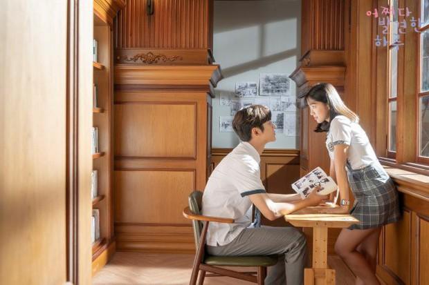 Tưng bừng truyền hình Hàn tháng 10: Ai cũng mong đợi cô nhân viên Jang Na Ra sẽ xử khách hạng thẻ mẹ thiên hạ thế nào! - Ảnh 3.