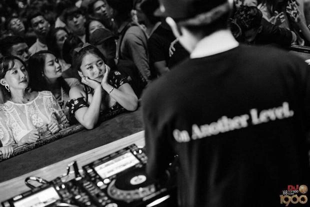 """Clip: DJ 1900 bị khách nữ Hàn Quốc tán tỉnh táo bạo, người yêu """"nóng mặt"""" phải lao lên giải cứu! - Ảnh 2."""