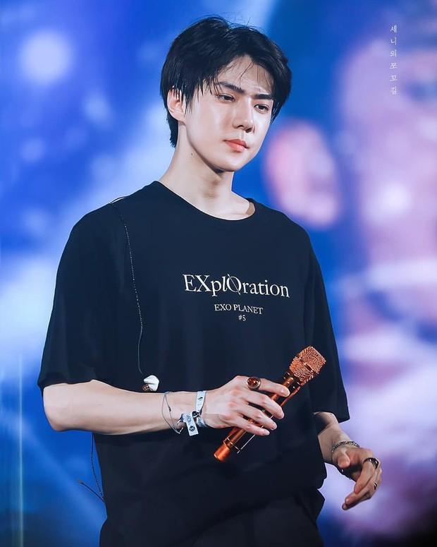 Fansite mới của Kai (EXO) gây sốc khi cướp điện thoại fan, ngang nhiên tác nghiệp trên sân khấu nhưng thành quả lại được fan chia sẻ nhiệt tình? - Ảnh 1.