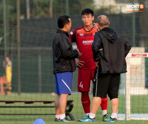 HLV Park Hang-seo đi cà nhắc vì đau đầu gối, vẫn vui vẻ trêu đùa trong buổi tập của tuyển Việt Nam - Ảnh 5.