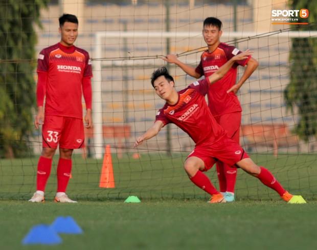 HLV Park Hang-seo đi cà nhắc vì đau đầu gối, vẫn vui vẻ trêu đùa trong buổi tập của tuyển Việt Nam - Ảnh 8.