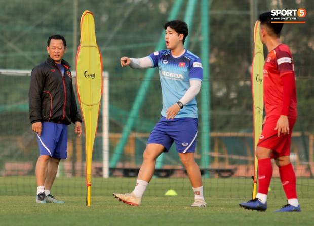 HLV Park Hang-seo đi cà nhắc vì đau đầu gối, vẫn vui vẻ trêu đùa trong buổi tập của tuyển Việt Nam - Ảnh 6.