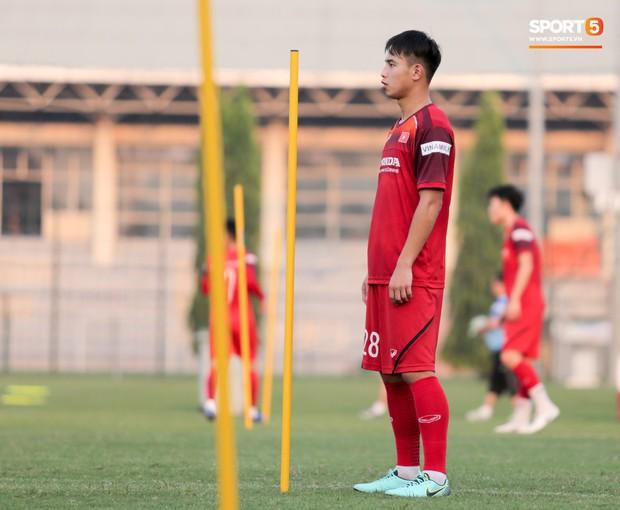 HLV Park Hang-seo đi cà nhắc vì đau đầu gối, vẫn vui vẻ trêu đùa trong buổi tập của tuyển Việt Nam - Ảnh 10.