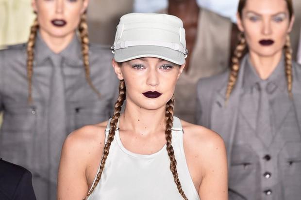4 xu hướng beauty ngây ngất nhất Milan Fashion Week: son môi vampy ma mị đẹp lạ, lông mày hóa lông mi dọa người nhìn - Ảnh 1.