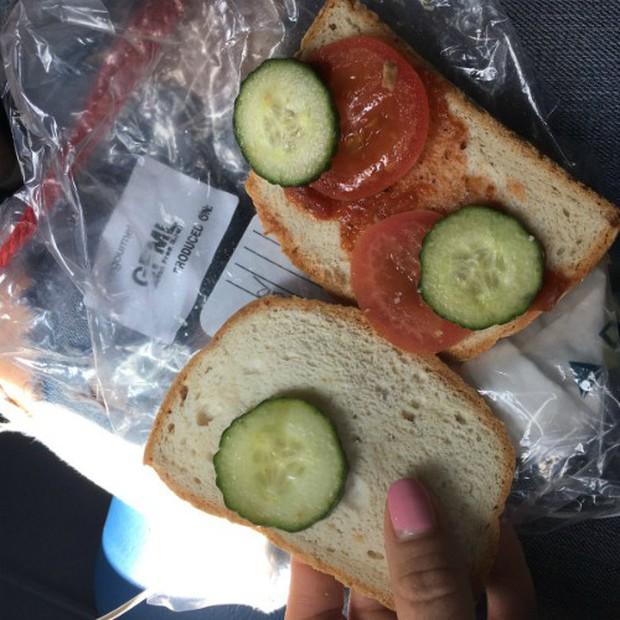 """Đừng xem cả khi đói lẫn khi no: Những suất ăn trên máy bay sánh ngang với… """"thảm hoạ nhân loại"""", thà nhịn còn hơn - Ảnh 3."""